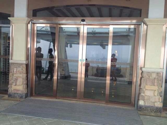 安装位于五星级酒店金门框的凯撒自动平移门