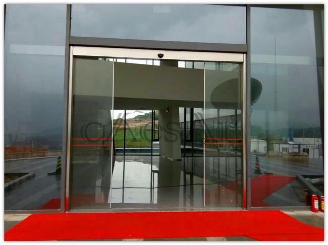 萝岗气象站配备高大上银色边框自动门