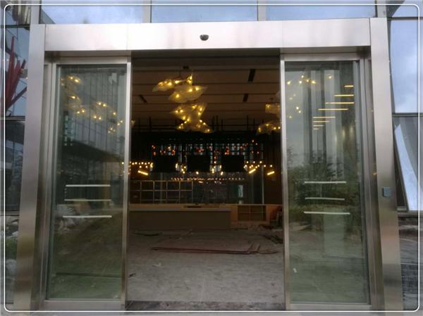 省广集团裙楼自动门,门做的够高够大,十分大气和气派!